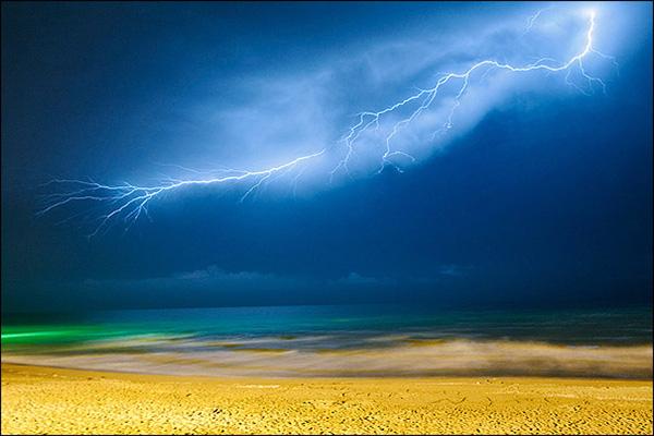 رعد و برق در دریای خزر. محمود آباد-عکاس:امیرعلی شریفی