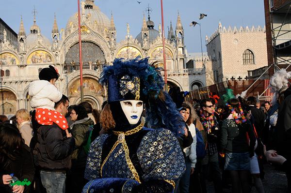 کارناوال ونیز ازاوایل قرن چهاردهم تا به امروز، هرساله حدود اوایل فوریه در شهر ونیز ایتالیا برگزار میشود.