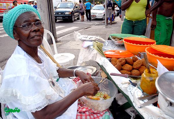 Acarajé-غذای محلی برزیل که شامل نخود کوبیده شده،میگو، گوجه فرنگی و حبوبات است