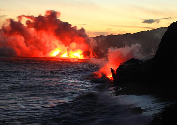 جریان گدازهای مذاب آتشفشان به اقیانوس آرام در پارک ملی آتشفشان هاوایی-جزایر هاوایی