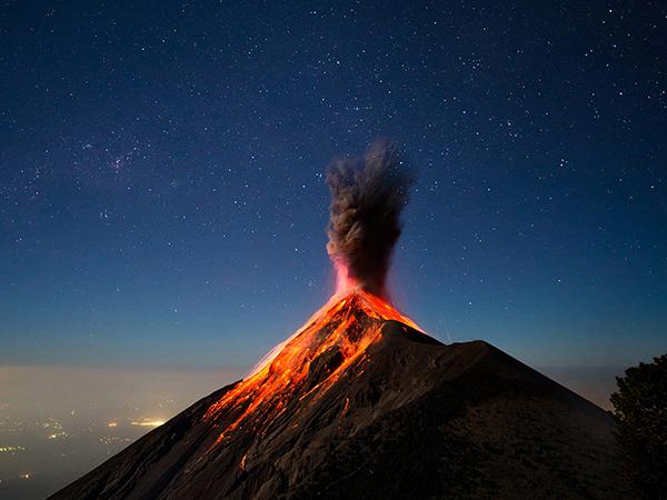 گدازه های آتشفشان بسیار فعال fuego در گواتمالا