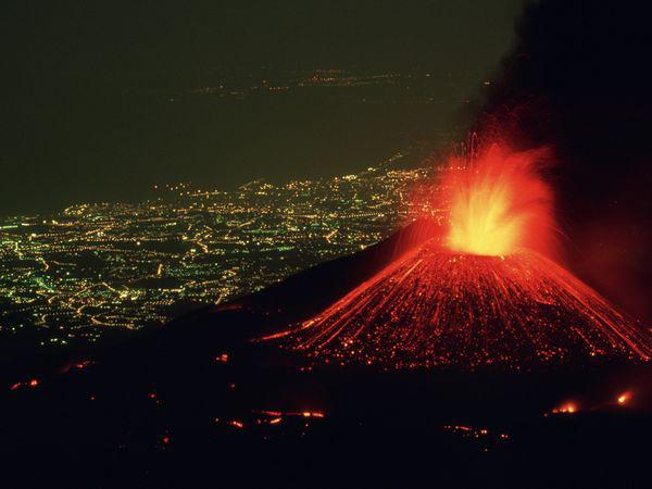 فوران گدازه های آتشفشان بر فرز کوه آتنا- ایتالیا