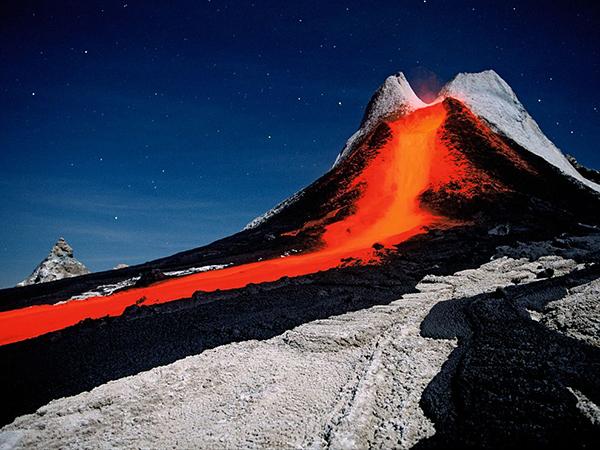 درخشش قرمز رنگ جریان گدازه ها از کوه های آتشفشانی تانزانیا-آفریقا