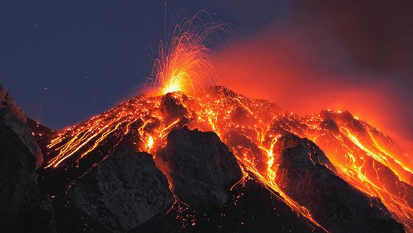 فوران گدازه های آتشفشان بر فرازکوه آتنا در شمال شرقی جزیره سیسیل - ایتالیا