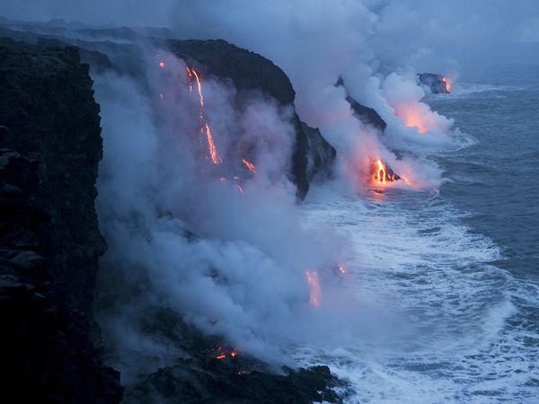 جریان گدازهای مذاب آتشفشان به اقیانوس آرام در پارک ملی آتشفشانهای هاوایی-جزایر هاوایی