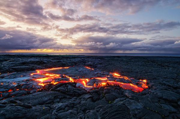 طلوع آفتاب زیبا در میان جریان گدازه ها در منظقه پونا در جزیره هاوایی- آمریکا