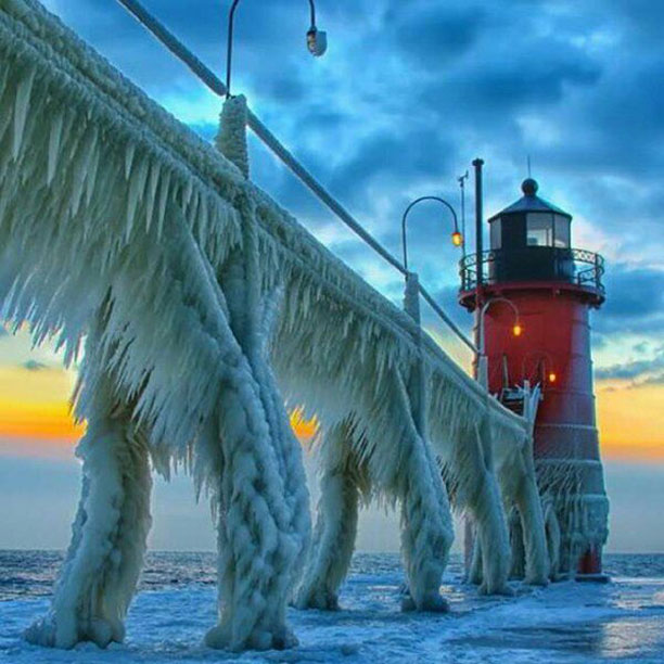 فانوس دریایی با قندیل های یخ منجمد شده - آمریکا