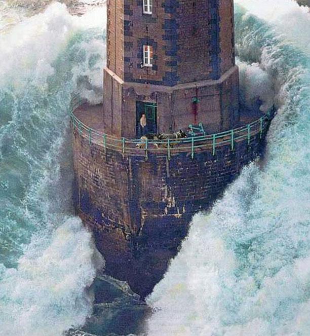 متصدی فانون دریایی در میان محاصره موج ها - عکس توسط ژان گیشار ثبت شده