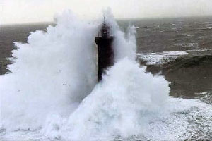 فانوس دریایی در میان موج های دریا - تصاویر فابریس روبن و ژان گیشار