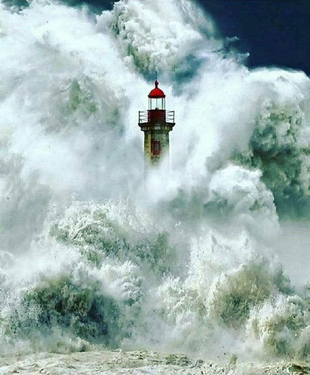 فابریس روبن - عکس فانوس دریایی گم شده در میان موج ها