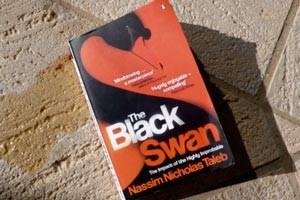 تصویر جلد کتاب قوی سیاه نوشته نسیم طالب یا نسیم نیکولاس طالب