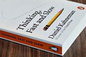 کتاب فکر کردن سریع و کند - دانیل کانمن - درباره تصمیم گیری