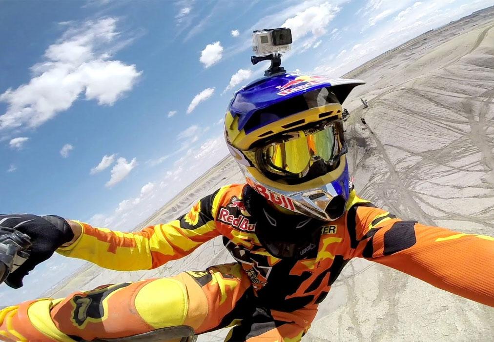 اکشن کمرا - دوربین گوپرو نصب شده روی سر موتورسوار