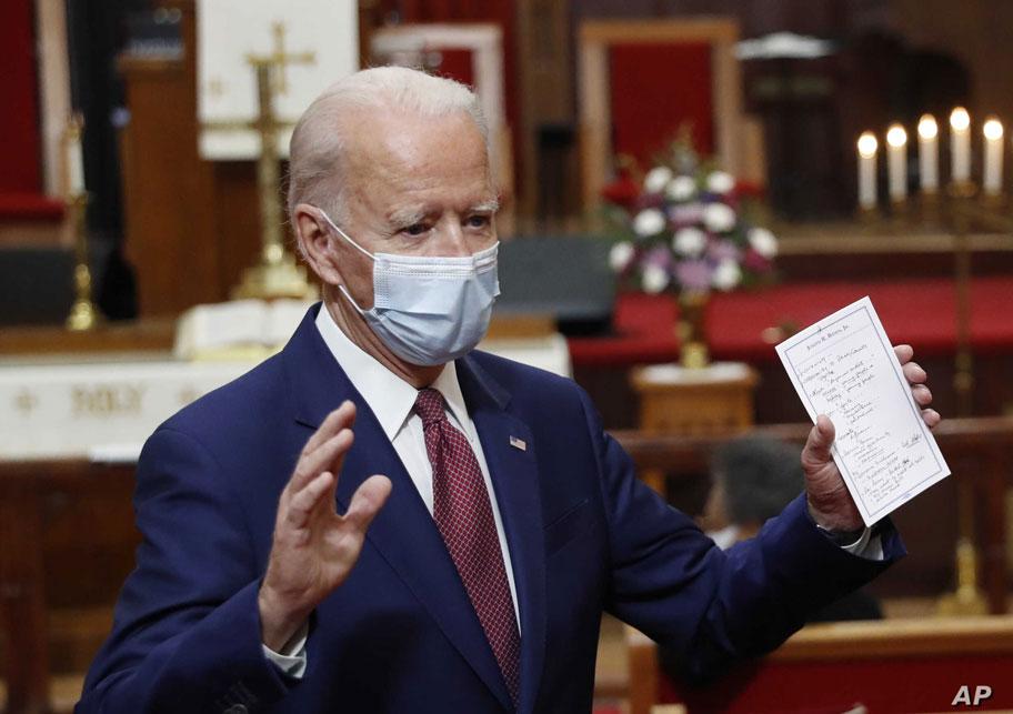 برگه یادداشت سخنرانی در دستان جو بایدن
